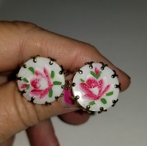 Vintage round hand painted shell screw back earrin
